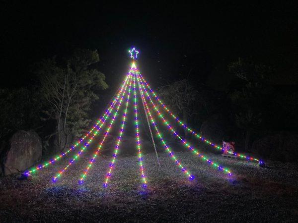 ドレープライトの夜間点灯時の写真。