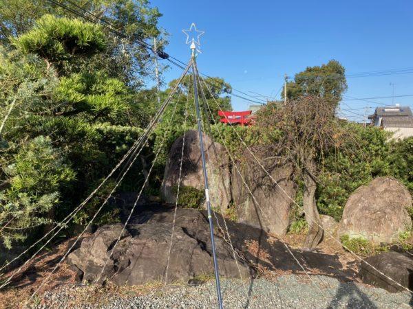 日中見たドレープライトの全体像。物干し竿3本が土台。