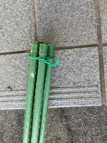 園芸用支柱に針金を通して軽く固定した写真