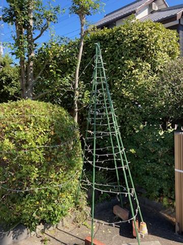 園芸用支柱で土台を作り、LEDストレート球を巻いて作ったツリー